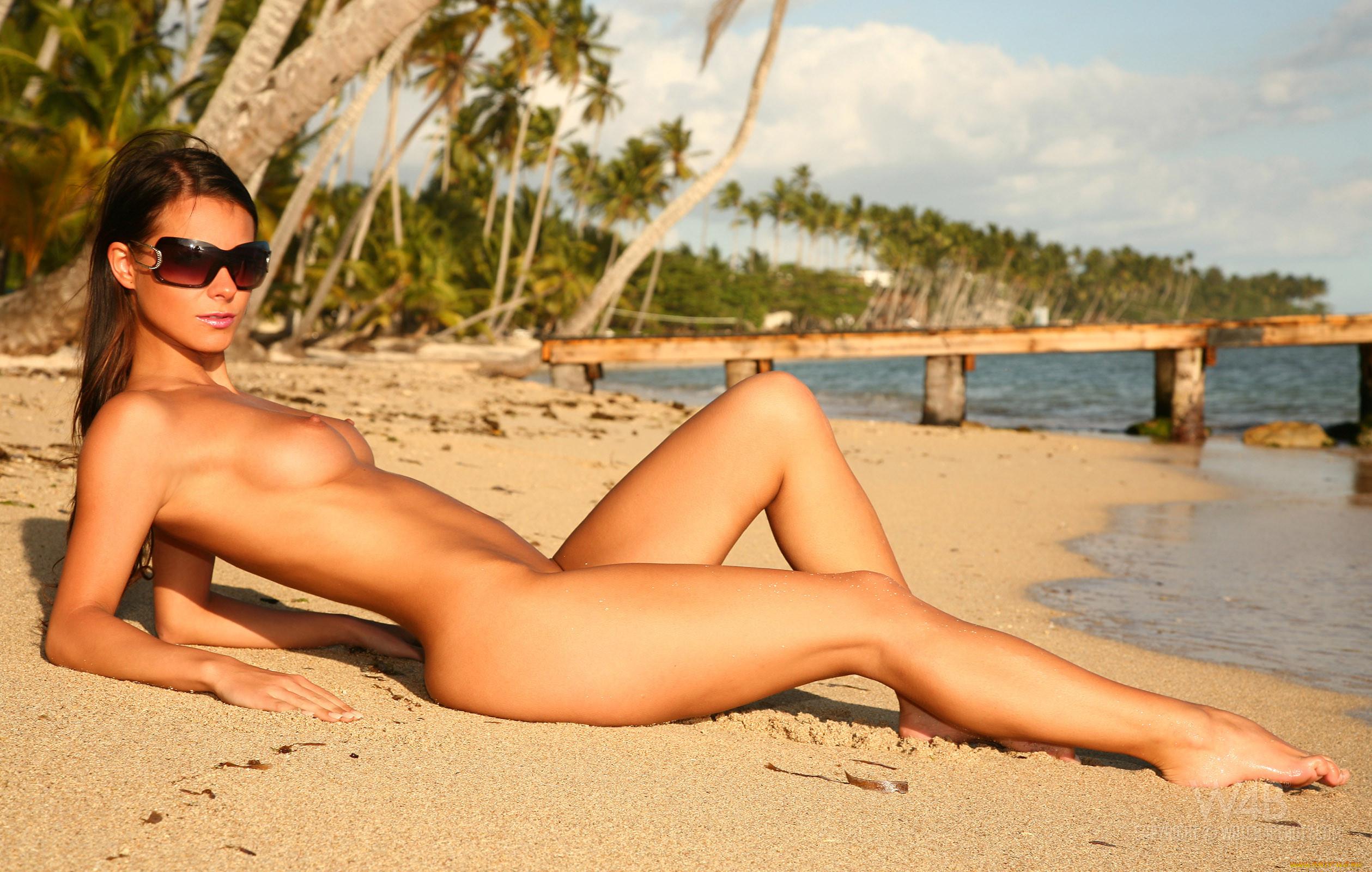 Фото обнажённых брюнеток на пляже 2 фотография